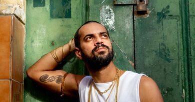 Dramaturgo lança projeto de música afirmativa para falar de homofobia e sorofobia