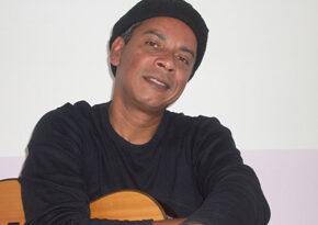 Arnaldo Almeida recebe a cantora Manuela Rodrigues no projeto De 2 em 2